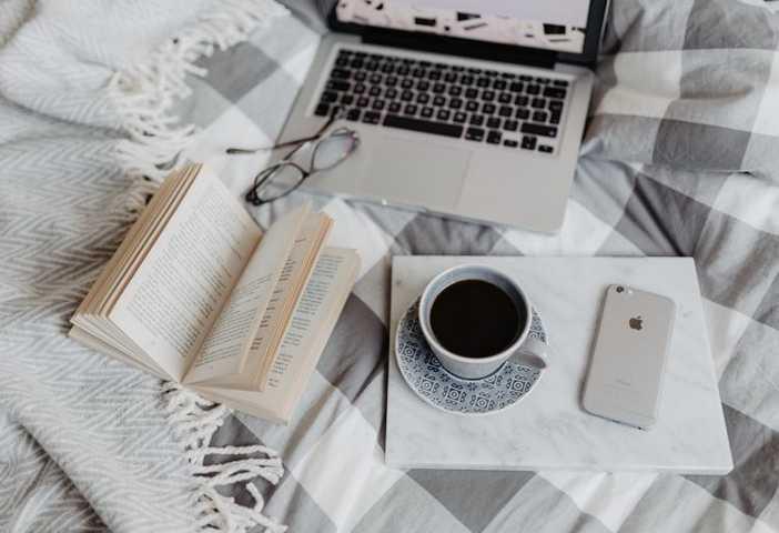 zarabianie w internecie przy kawie na laptopie